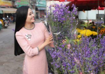 Lương Nguyệt Anh diện áo dài dạ đi sắm Tết
