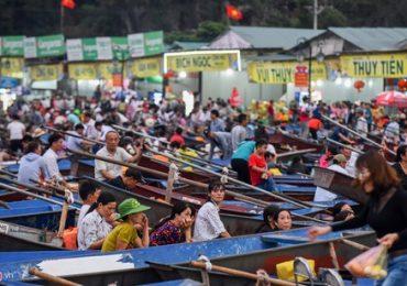 Suối Yến kín đặc người trước ngày khai hội chùa Hương