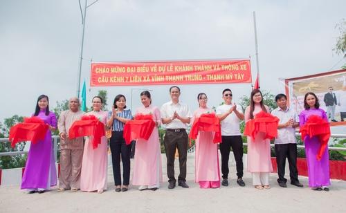 NTK Đinh Văn Thơ trao tặng 4 câu cầu tình nghĩa cho bà con miền Tây