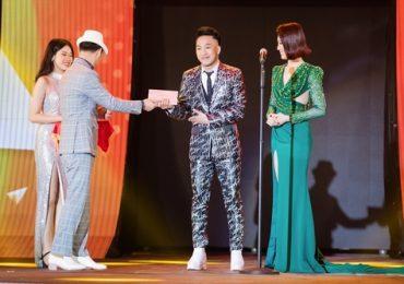 Châu Khải Phong nghẹn giọng khi được vinh danh sau 10 năm đi hát