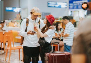 Vợ chồng Quang Tuấn – Linh Phi quyến luyến không rời ở sân bay