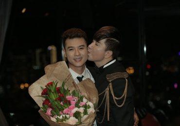 Long Nhật hôn ca sĩ Ngô Viết Trung sau tin đồn chuyển giới