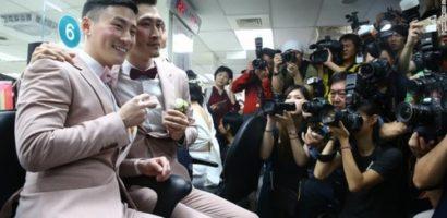 Khoảnh khắc hạnh phúc của những cặp đôi đồng tính được đăng ký kết hôn hợp pháp tại châu Á