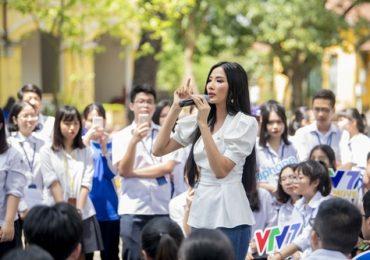Á hậu Hoàng Thùy nhắn nhủ với các em học sinh: 'Tuổi trẻ phải dám ước mơ'