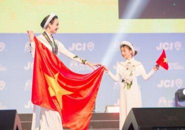 Hoa hậu Ngọc Diễm cùng con gái mặc áo dài trước 7.000 đại biểu ở Hàn Quốc