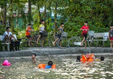 Giải nhiệt ở hồ bơi độc đáo ngày nóng hơn 40 độ C