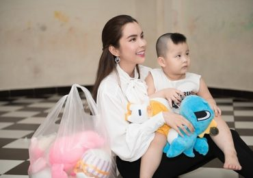 Hoa hậu Huỳnh Vy đi gắp thú bông tặng các trẻ em mồ côi