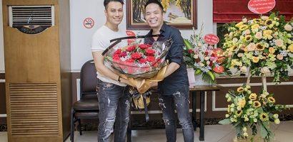 Sau ồn ào phẫu thuật, Việt Anh xuất hiện với ngoại hình khác lạ đến mừng sinh nhật ông bầu Quang Cường