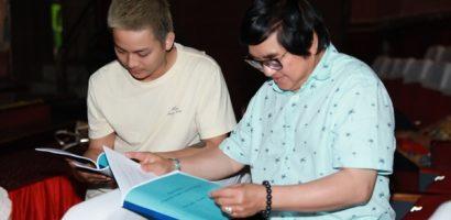 Hoài Lâm chăm chú lắng nghe lời hướng dẫn của nghệ sĩ Chí Tâm trong buổi tập tuồng 'Lan và Điệp'