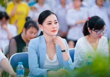 Học sinh bao vây Phương Oanh khi tham giao sự giao lưu văn hóa Nhật Bản