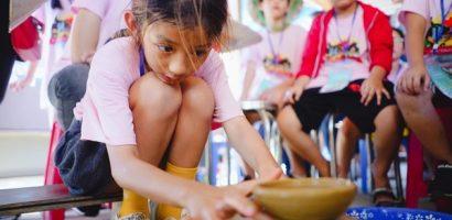 Mới 9 tuổi, con gái Hoa hậu Ngọc Diễm đã học làm bánh xèo, vẽ tranh