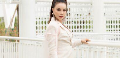 Trà Ngọc Hằng tự tin khoe vòng 1 nóng bỏng, mang set phụ kiện trăm triệu đi xem thời trang