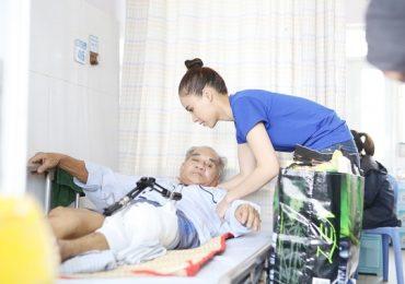 Thí sinh Miss World Việt Nam tới bệnh viện 'trao nụ cười – đổi vật phẩm'