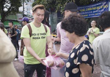 Hồ Việt Trung, Lương Gia Huy và Chu Bin đi làm từ thiện tháng Vu Lan