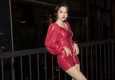 Bảo Anh diện váy ngắn cắt xẻ táo bạo tại sự kiện