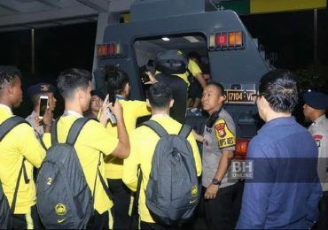 Cầu thủ Malaysia thoát thân bằng xe bọc thép sau khi hạ Indonesia