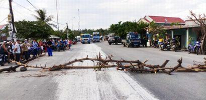 Bột trắng chảy tràn xuống đường, dân chặn xe về cảng Dung Quất