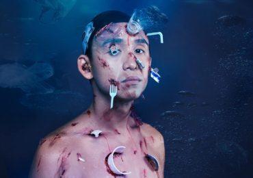 MC Quang Bảo gây 'ám ảnh' khi chụp hình Halloween cùng rác thải nhựa