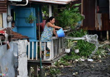 Rác vây khu nhà ổ chuột bên con rạch ô nhiễm nhất Sài Gòn