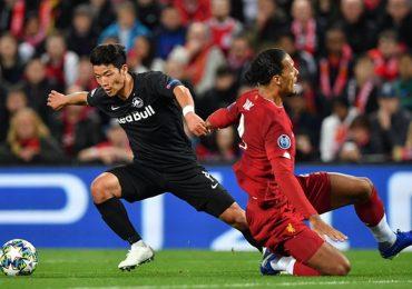 Ngôi sao người Nhật lừa qua Van Dijk ngay tại Anfield