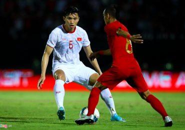 Cầu thủ Indonesia chật vật tranh bóng với Văn Hậu