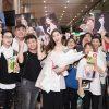 Tường San đẹp nền nã, mua bánh kẹo Nhật về nước tặng fan