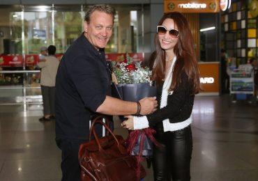 Ngân Khánh rạng rỡ bên thầy của Hugh Jackman – Dean Carey tại sân bay