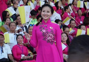Hoa hậu Khánh Ngân cùng mẹ vinh dự diện kiến Đức Giáo Hoàng tại Thái