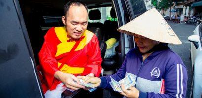 Thu Trang giữ hết tiền, Tiến Luật phải ra đường 'bán vé số' kiếm thêm?