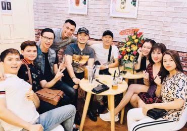 Akira Phan, Phan Thị Mơ, Đặng Thu Thảo 'bắt trend' uống trà sữa lon độc đáo