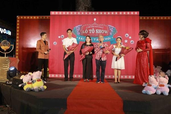 Lộ Lộ và Đoàn lô tô Sài Gòn Tân Thời tưng bừng ra mắt điểm diễn mới