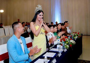 Phi Thanh Vân diện váy gợi cảm chấm thi nhan sắc