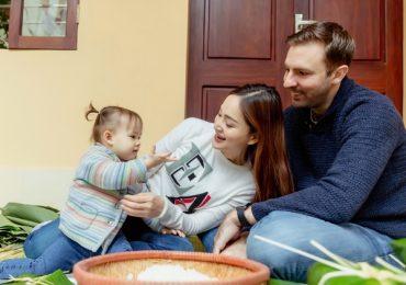 Lan Phương ăn Tết với gia đình, dạy chồng Tây cách gói bánh chưng