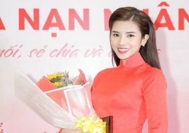 Hoa hậu Dương Yến Nhung diện áo dài đỏ, bằng khen ý nghĩa ngày Tết