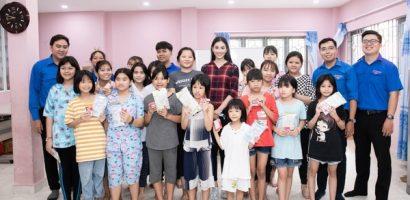 Hoa hậu Tiểu Vy mộc mạc tham gia hiến máu