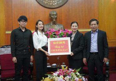 Chi Pu tận tay trao tặng 5.000 bộ trang phục bảo hộ chống dịch