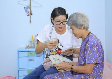 Người mẫu Trang Trần tặng quà cho các cụ già neo đơn