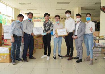Đan Trường – Trung Quang tặng gel rửa tay, găng tay và khẩu trang y tế cho các khu cách ly