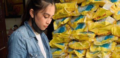 Hoa hậu Tiểu Vy phát 1 tấn gạo cho người nghèo tại quê nhà
