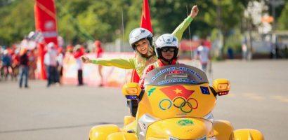 H'hen Niê cổ vũ tinh thần các vận động viên đua xe đạp
