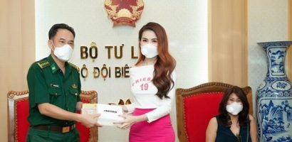 Hoa hậu Phan Thị Mơ tặng khẩu trang cho bộ đội biên phòng