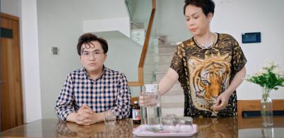 'Cân mẹ': Việt Hương ép mẹ tập tạ để tăng cân