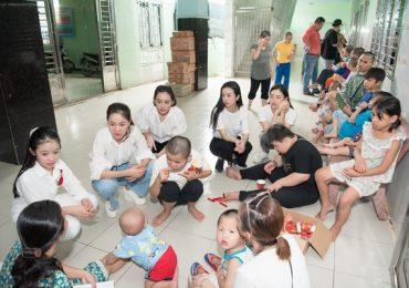 Tiểu Vy và Lương Thuỳ Linh cùng dàn Á hậu tặng quà cho các cô nhi nhân ngày 1/6