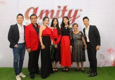 Quyền Linh đưa vợ đẹp con xinh đi sự kiện, cả nhà mặc đồ đỏ nổi bật