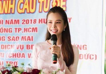 Huỳnh Vy về quê, trao học bổng cho học sinh nghèo hiếu học
