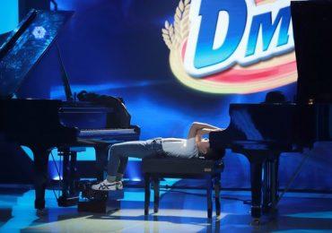 Nằm ngửa đàn piano, cậu bé tái hiện tất cả nhạc phim hoạt hình nổi tiếng
