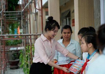 Lucy Như Thảo về quê tặng quà cho trẻ em nghèo vượt khó