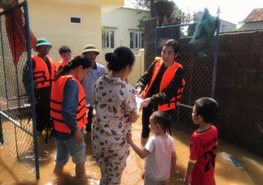 Sau 3 ngày cứu trợ, BTC Hoa Hậu Việt Nam trao tặng hơn 2 tỷ đồng cho người dân miền Trung