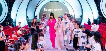 Hà Anh diện đơn giản nhưng đầy cuốn hút, tất bật làm 'đạo diễn' show thời trang