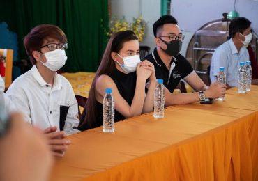 Hồ Ngọc Hà, Bùi Anh Tuấn, Nguyễn Hồng Thuận trao tặng gần 700 phần quà cho trẻ em Long An